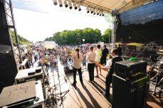 Die Band Evil Cases spielt auf der Buehne am Brandenburger Tor