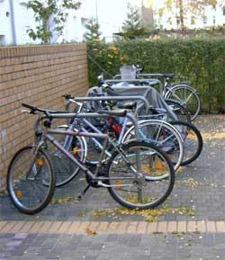 Fahrräder an Kreuzberger Bügel angeschlossen