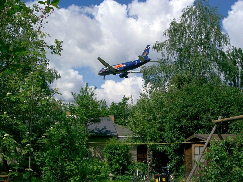 Flugzeug über Gärten in Brandenburg