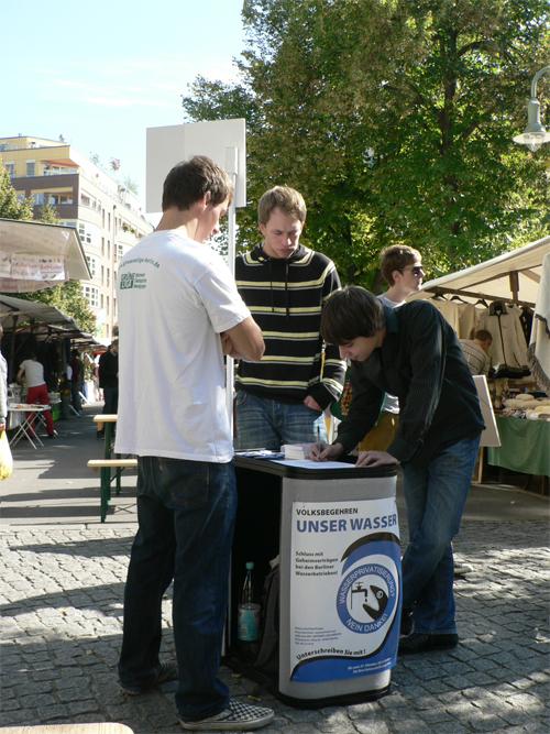 Sammlung für das Wasservolksbegehren auf dem Kollwitzplatz
