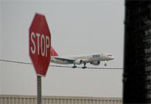 Landendes Flugzeug mit Stoppschilde