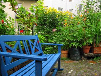 Gartenbank auf dem Hinterhof in der Herbert-Baum-Straße