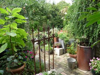 Schmiedeeisernes Gartentor im Hinterhof