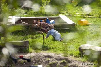 Kleinkind auf dem Rasen