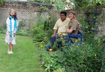 Bewohner auf der Gartenbank und Kind auf dem Rasen
