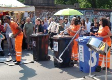 BSR Kapelle musiziert auf Mülltonnen