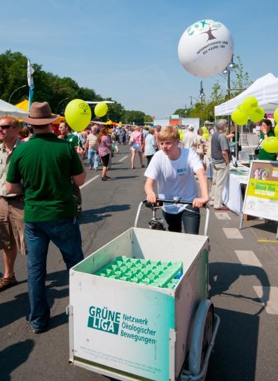 Geschirrtransport mit dem Lastenrad auf dem Umweltfestival
