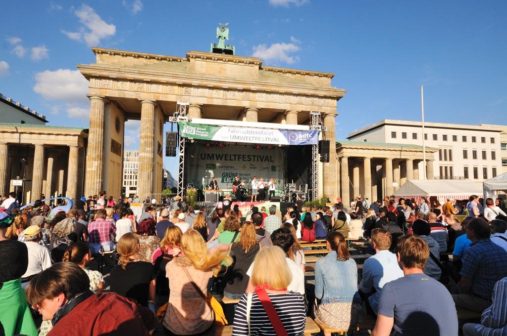 Publikum vor der Hauptbühne am Brandenburger Tor beim Umweltfestival
