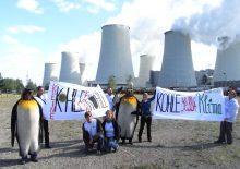 Anti-Kohle-Demonstration mit Pinguinkostuemen 2008 in Jaenschwalde