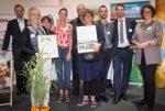 Preisübergabe mit dem Gärtnerteam der WBM, WBM-Geschäftsführer Jand Robert Kowalewski (2 v r) und IHK-Präsidentin Dr. Beatrice Kramm (g l) (C) WBM, Foto: Claudius Pflug